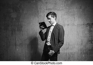 junger mann, mit, a, smartphone