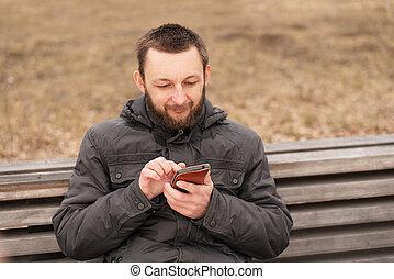 junger mann, mit, a, smartphone, draußen