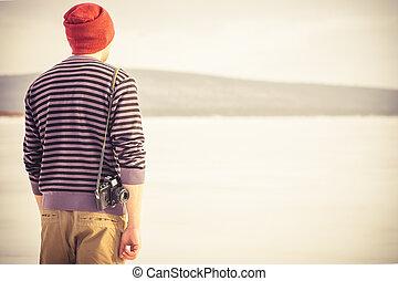 junger mann, mit, retro, fotokamera, draußen, hüfthose, lebensstil, mit, berge, winter- natur, hintergrund