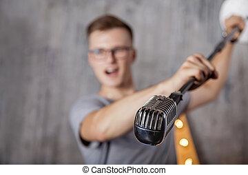 junger mann, mit, weinlese, mikrophon
