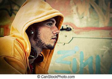 junger mann, porträt, auf, graffiti, grunge, wand