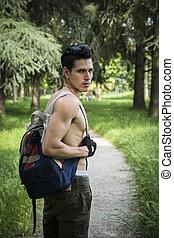 junger mann, shirtless, draußen, wandern, mit, rucksack, auf, schulter