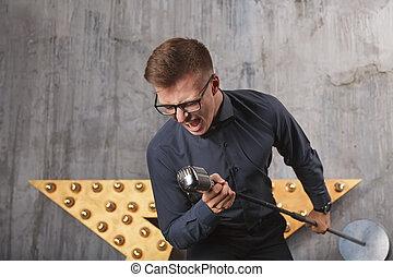 junger mann, singende, mit, mikrophon