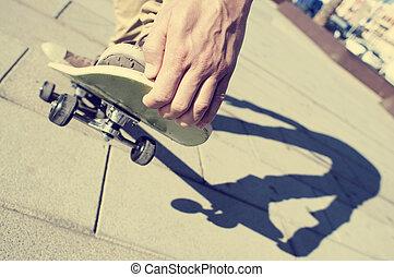 junger mann, skateboardfahren, mit, a, filter, effekt