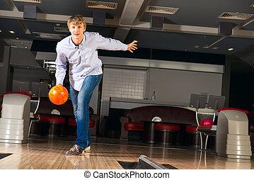 junger mann, spielende , sportkegeln
