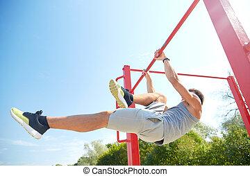 junger mann, trainieren, auf, horizontal, bar, draußen