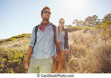 junger mann, und, woman, wandert, in, berg