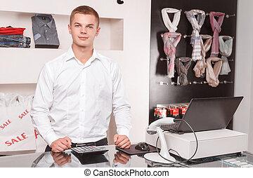 junger, mann, verkaufsassistent, am arbeitsplatz