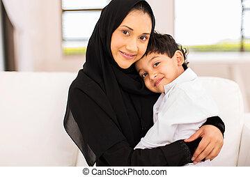 junger, moslem, frau sitzen, auf, couch, mit, sie, sohn