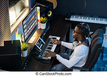 junger musiker, ethnicity, afrikanisch, aufnahme, sitzen, arbeitsplatz, studio
