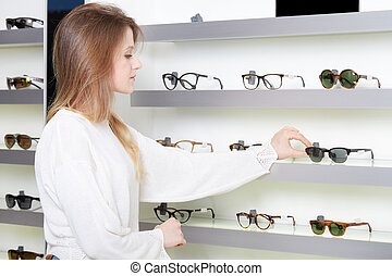 junger, schöne frau, kaufen, an, brille, kaufmannsladen
