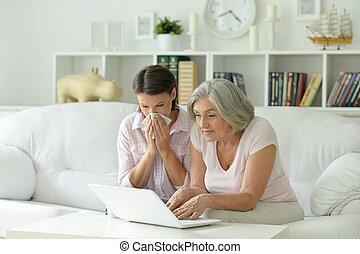 junger, schöne frau, mit, mutter, laptop benutzend