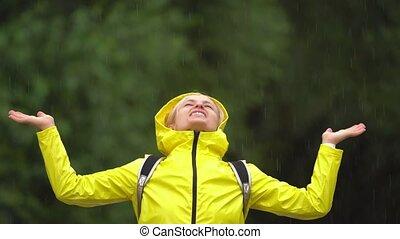 junger, schöne , glückliche frau, in, gelber regenmantel,...