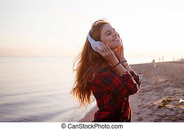 junger, schöne , weibliche , musik, fan., tanzen, und, hören musik, auf, kopfhörer