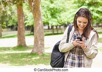 junger, schueler, gebrauchend, a, smartphone