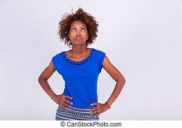 junger, schwarz, afrikanische amerikanische frau, mit, frizzy, afro haar, oben schauen