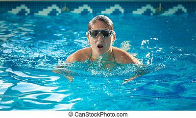 junger, schwimmer, frau, nehmen, a, atem, an, schwimmbad