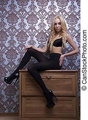 junger, sexy, blond, in, sexy damenunterwäsche