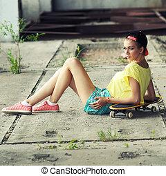 junger, sexy, frau, in, kappe, posierend, mit, skateboard., lebensstil, draußen, porträt