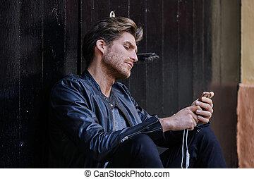 junger, smartphone, mann sitzen, straße