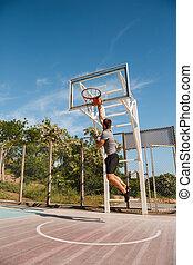 junger, sportler, spielen basketball, auf, a, gericht