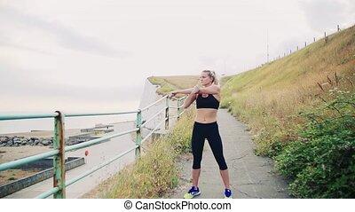 junger, sportliche , frau, läufer, dehnen, strand, draußen.
