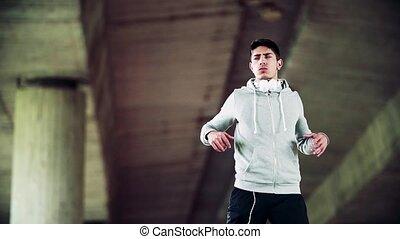 junger, sportliche , mann stehen, unter, der, brücke, stadt,...