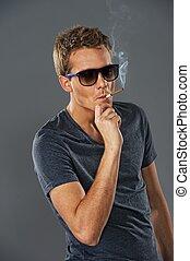 junger, stilvoll, mann- rauchen, a, zigarette