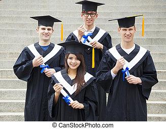 junger, studenten, in, gradierungskleider, auf, universitätscampus