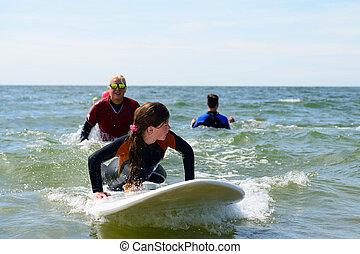 junger, teenagermädchen, haben spaß, urlaub, mit, surfen, lessons.