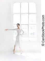 junger, und, incredibly, schöne , ballerina, gleichfalls, posierend, und, tanzen, in, a, weißes, studio