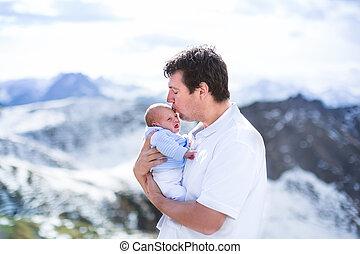 junger vater, küssende , seine, neugeborenes baby, sohn, mit, schöne , schnee, co