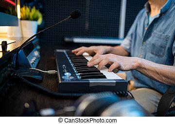 junger, während, musiker, berühren, schlüssel, tastatur, mann, sitzen, arbeitsplatz, klavier