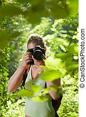 junger, weibliche , fotograf, wandern, in, wald