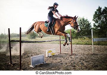 junger, weibliche , jockey, auf, pferd, springen, aus, hürde