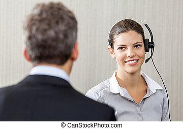 junger, weibliche , kundendienstvertreter, anschauen, manager