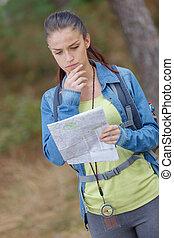 junger, weibliche , mit, landkarte, wandern, trog, wald