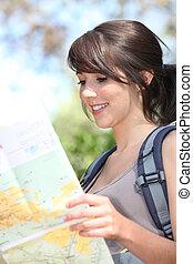 junger, weibliche , wanderer, lesende , a, landkarte