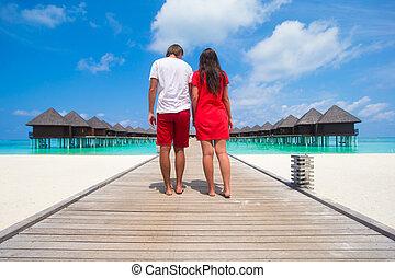 junges, auf, tropischer strand, landungsbrücke, an, perfekt, insel