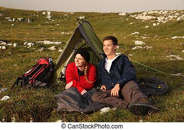 junges, aufpassen sonnenuntergangs, während, camping, bergen