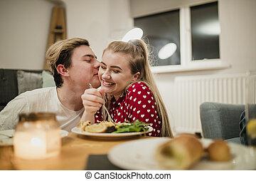 junges, genießen, a, romantisches abendessen
