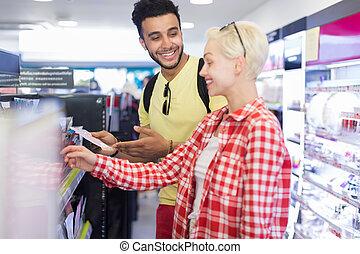 junges, in, supermarkt, wählen, produkte, glückliches lächeln, mann frau, kaufen, kosmetikartikel