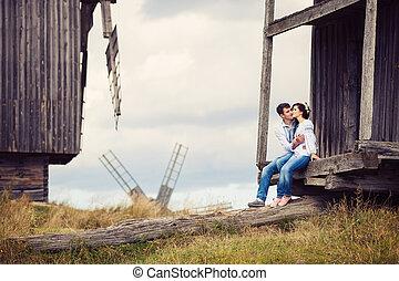 junges, küssende , auf, schritte, von, altes , windmühle
