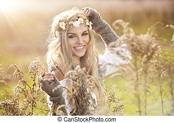 junges lächelndes mädchen, in, herbst, szenerie