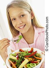 junges mädchen, essende, frisch, salat