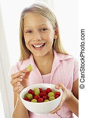 junges mädchen, essende, frischer frucht salat