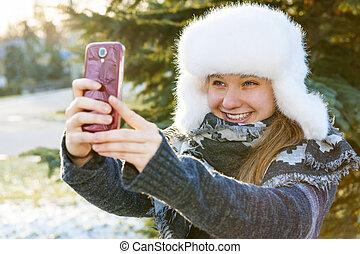 junges mädchen, gebrauchend, mobilfunk, in, winter