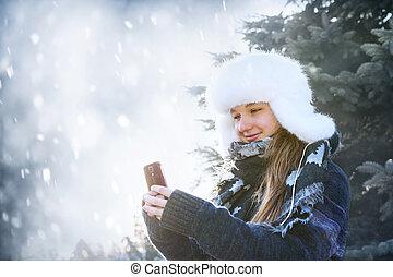 junges mädchen, mit, mobilfunk, in, winter