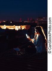 junges mädchen, sitzt, nacht, auf, der, dach, von, a, house., schöne , abend
