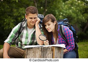 junges, mit, landkarte, in, wald